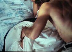 Красивая Дарья Повереннова засветила грудь в фильме «Лето любви» фото #37