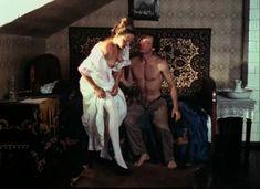 Красивая Дарья Повереннова засветила грудь в фильме «Лето любви» фото #42