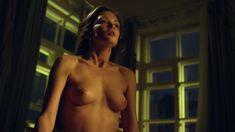 Красивая голая грудь Паулины Андреевой в сериале «Оттепель» фото #12