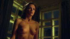 Красивая голая грудь Паулины Андреевой в сериале «Оттепель» фото #16