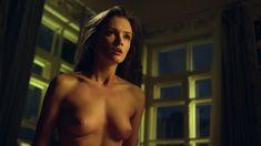 Красивая голая грудь Паулины Андреевой в сериале «Оттепель» фото #17