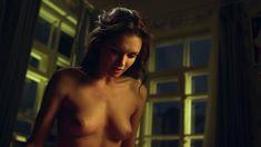 Красивая голая грудь Паулины Андреевой в сериале «Оттепель» фото #19