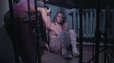 Софья Лебедева засветила грудь в фильме «Параллельные прямые пересекаются в бесконечности» фото #6