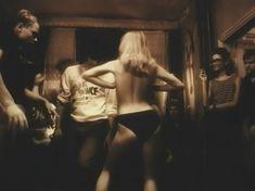 Голая грудь Татьяны Ташковой в фильме «Помилуй и прости» фото #21