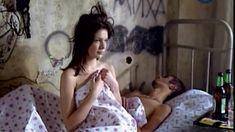Сочная голая грудь Анны Старшенбаум в фильме «Продается детектор лжи» фото #9