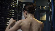 Красивая Эмилия Спивак слегка засветила грудь в сериале «Процесс» фото #2