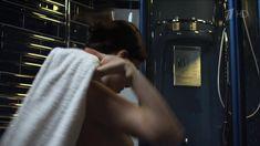 Красивая Эмилия Спивак слегка засветила грудь в сериале «Процесс» фото #4