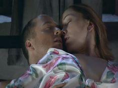 Дарья Мороз засветила грудь в сериале «Холостяки» фото #1