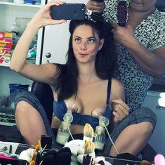 Кая Скоделарио обнажила грудь с молокоотсосом фото #1