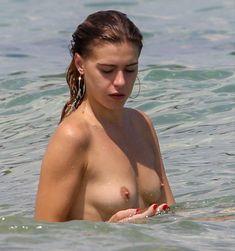 Голая грудь Бланки Бланко на пляже фото #2