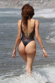 Горячая Бланка Бланко засвветила сосок на пляже Малибу фото #7