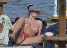 Горячая Блеона Керети топлесс раздвинула широко свои ножки на пляже Сардинии фото #1
