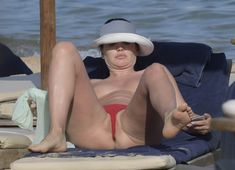 Горячая Блеона Керети топлесс раздвинула широко свои ножки на пляже Сардинии фото #2