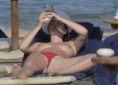 Горячая Блеона Керети топлесс раздвинула широко свои ножки на пляже Сардинии фото #3