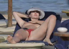 Горячая Блеона Керети топлесс раздвинула широко свои ножки на пляже Сардинии фото #5