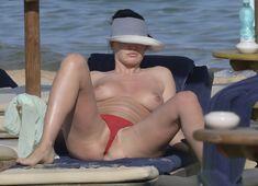 Горячая Блеона Керети топлесс раздвинула широко свои ножки на пляже Сардинии фото #6