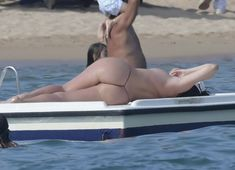Горячая Блеона Керети топлесс раздвинула широко свои ножки на пляже Сардинии фото #7