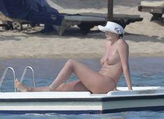 Горячая Блеона Керети топлесс раздвинула широко свои ножки на пляже Сардинии фото #8