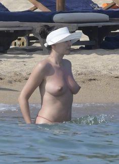 Горячая Блеона Керети топлесс раздвинула широко свои ножки на пляже Сардинии фото #13