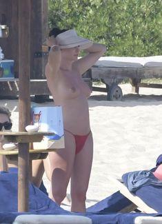 Горячая Блеона Керети топлесс раздвинула широко свои ножки на пляже Сардинии фото #16