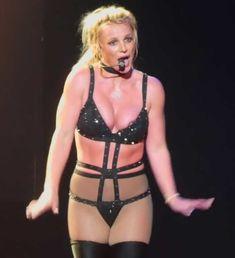 Сосок Бритни Спирс выпал из эротического костюма на концерте фото #1