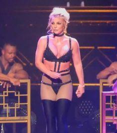 Сосок Бритни Спирс выпал из эротического костюма на концерте фото #2