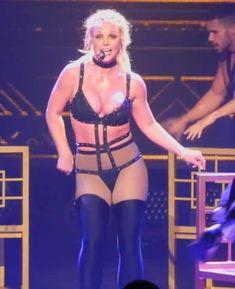 Сосок Бритни Спирс выпал из эротического костюма на концерте фото #3