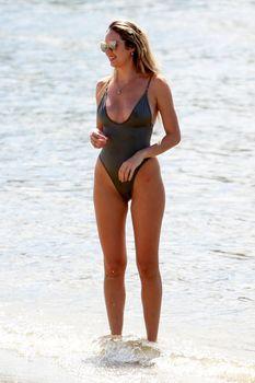 Худеющая после родов Кэндис Свейнпол в сексуальном бикини на пляже Эспириту-Санто фото #1