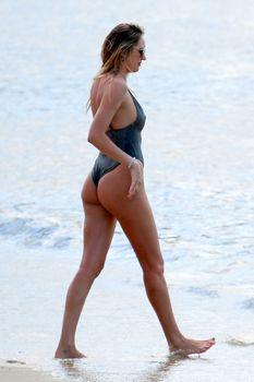 Худеющая после родов Кэндис Свейнпол в сексуальном бикини на пляже Эспириту-Санто фото #2