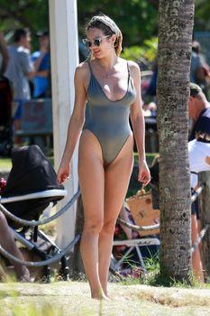 Худеющая после родов Кэндис Свейнпол в сексуальном бикини на пляже Эспириту-Санто фото #12