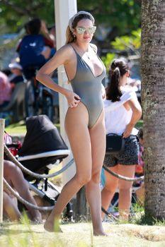 Худеющая после родов Кэндис Свейнпол в сексуальном бикини на пляже Эспириту-Санто фото #13