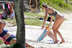 Худеющая после родов Кэндис Свейнпол в сексуальном бикини на пляже Эспириту-Санто фото #16