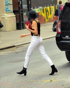 Малышка Кара Делевинь без лифчика занимается шоппингом в Нью-Йорке фото #7