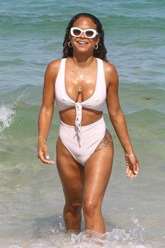 Сексуальный купальник Кристины Милиан на пляже Майами фото #9