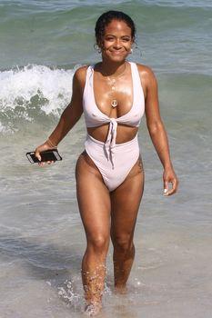 Сексуальный купальник Кристины Милиан на пляже Майами фото #11