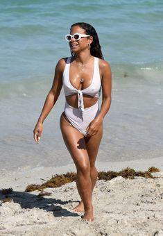 Сексуальный купальник Кристины Милиан на пляже Майами фото #16