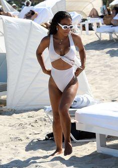 Сексуальный купальник Кристины Милиан на пляже Майами фото #20