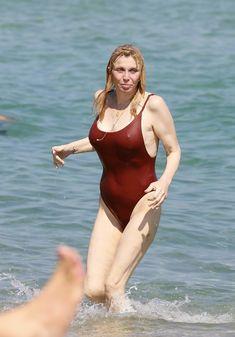 Соблазнительная Кортни Лав в сексуальном купальнике на пляже Сент-Тропе фото #1