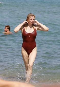 Соблазнительная Кортни Лав в сексуальном купальнике на пляже Сент-Тропе фото #3