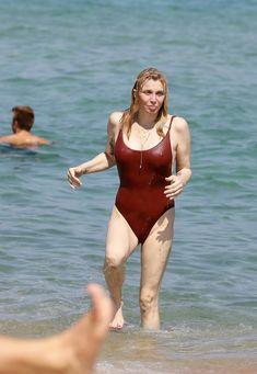 Соблазнительная Кортни Лав в сексуальном купальнике на пляже Сент-Тропе фото #4