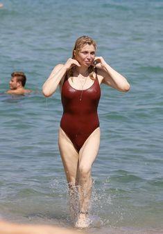 Соблазнительная Кортни Лав в сексуальном купальнике на пляже Сент-Тропе фото #5