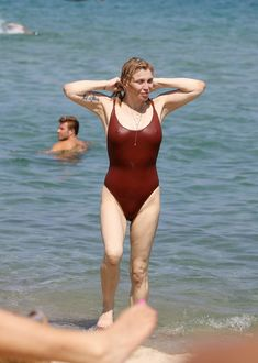Соблазнительная Кортни Лав в сексуальном купальнике на пляже Сент-Тропе фото #7