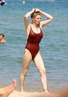 Соблазнительная Кортни Лав в сексуальном купальнике на пляже Сент-Тропе фото #8
