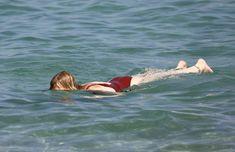 Соблазнительная Кортни Лав в сексуальном купальнике на пляже Сент-Тропе фото #9