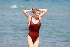 Соблазнительная Кортни Лав в сексуальном купальнике на пляже Сент-Тропе фото #11