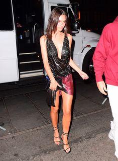 Эмили Ратаковски в прозрачном наряде на вечеринке фото #6