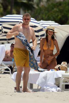 Горячая Эмили Ратаковски в сексуальном бикини на пляже Майами фото #17