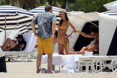Горячая Эмили Ратаковски в сексуальном бикини на пляже Майами фото #20