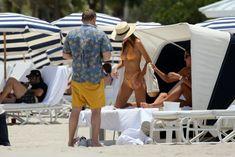 Горячая Эмили Ратаковски в сексуальном бикини на пляже Майами фото #22
