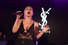 Красотка Холзи засветила сиськи в прозрачном наряде на YSL Beauty Festival фото #9
